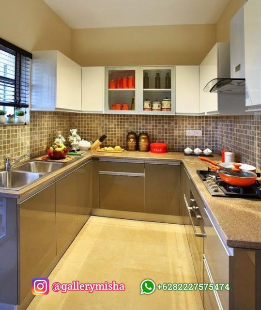 Dapur simpel sama dengan bahan mengkilap