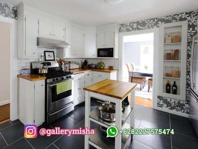 Dapur dengan pulau dapur simpel